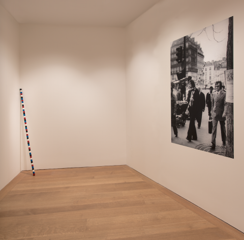 "Vue partielle de l'actuelle exposition Spaces Works from the Collection, 1966–1976 à la National Gallery of Art, Washington, incluant la ""Barre de bois rond B12004030"" Dorothy and Herbert Vogel Collection."